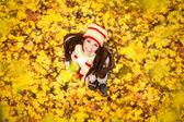 Mujer adorable en el parque otoño — Foto de Stock