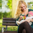 Mom with baby in park — Stock fotografie