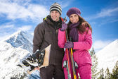 Couple with skis in snow — Stock Photo