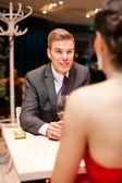 Mann mit seiner frau liebe im restaurant — Stockfoto