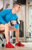 Hombre musculoso haciendo levantamiento de pesas — Foto de Stock