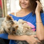 Teen girl with adorable dog — Stock Photo