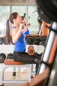 Mulher exercitando na máquina para musculação — Foto Stock