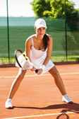 Focused tennis player on tennis court — ストック写真