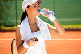 Acqua potabile sportiva donna — Foto Stock