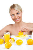 Woman with fresh lemonade — Stockfoto