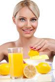 Beautiful woman making lemonade — Stockfoto