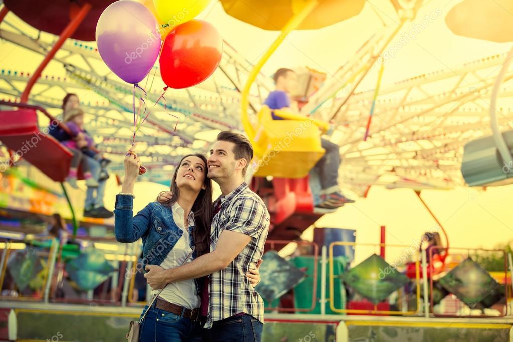 Pareja Joven Abrazos En Parque De Diversiones