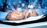 Gros plan d'homme d'affaires, signer un contrat. — Photo