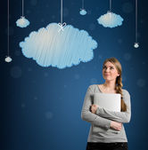 Beautiful young woman looking at hanging clouds — Photo