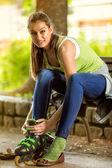 Ragazza giovane attraente con rollerblades — Foto Stock