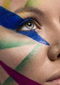 Primer plano de la cara de mujer con maquillaje multicolor — Foto de Stock