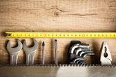 ξύλινο γραφείο με εργαλεία και αντίγραφο χώρου — Φωτογραφία Αρχείου