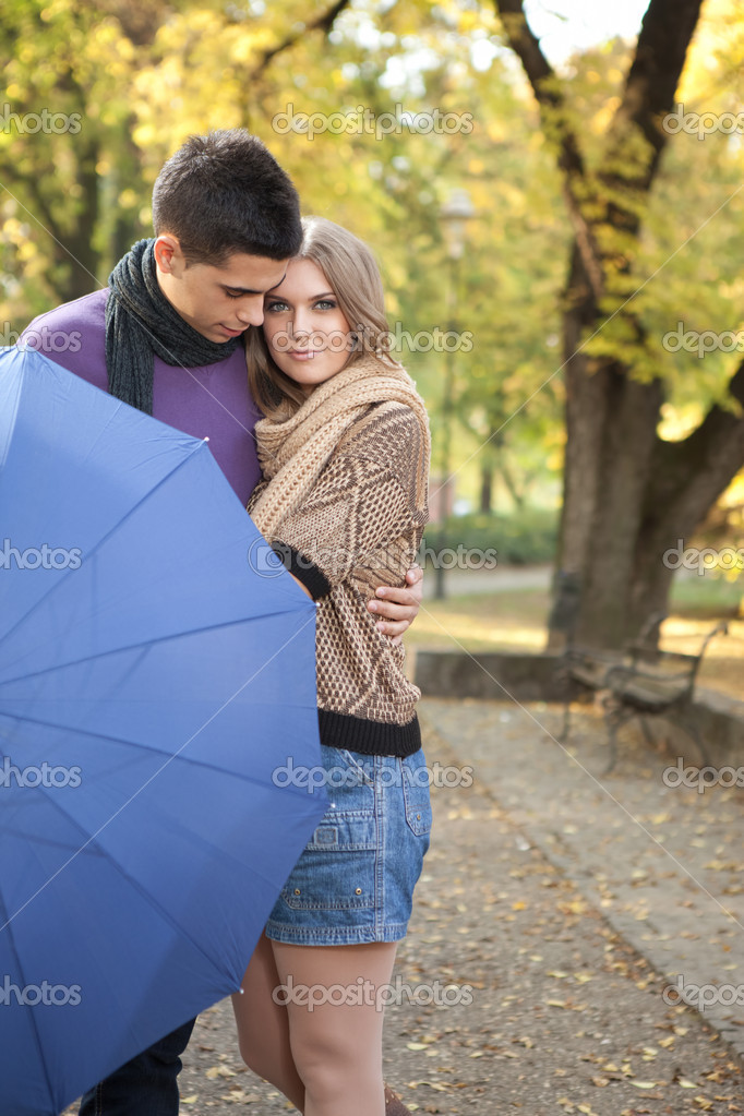 在秋天公园拥抱年轻浪漫情侣 — 照片作者 luckybusiness