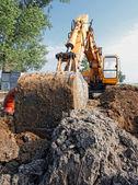 Excavator digs a hole — 图库照片