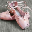 Old pink ballet shoes — Stock Photo