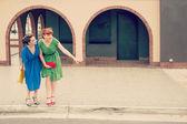 Genç kadın ile kentsel sahne — Stok fotoğraf