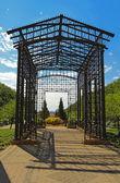 Metall pergola vid ingången till maggie daley park i centrala c — Stockfoto