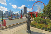 Statue, ferris wheel and cityscape at Navy Pier in Chicago, Illi — Stock Photo