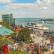 Tourists and boats at Navy Pier in Chicago, Illinois — Stockfoto
