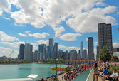 游客在海军码头和城市景观的芝加哥,伊利诺伊州 — 图库照片