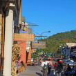 Tourists and traffic along the main road through Gatlinburg, Ten — Stockfoto