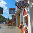 Tourists at businesses on the main road through Gatlinburg, Tenn — Stockfoto