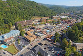 Aerial wide-angle view of the main road through Gatlinburg, Tenn — Foto de Stock