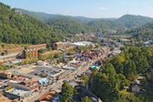 Aerial wide-angle view of the main road through Gatlinburg, Tenn — Photo