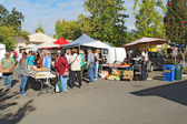 Buyers and vendors at the farmers market in Calistoga, Californi — Stock Photo