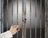 Hand håll nyckel öppna låst dörr med tomt utrymme i grå concr — Stockfoto