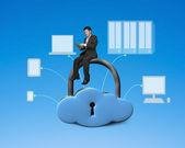 Met behulp van tablet pc en zit op wolk vorm locker — Stockfoto