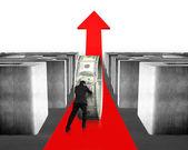 Man pushing money circle on growing red arrow through maze — Stockfoto