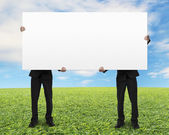 Men holding board — Stockfoto