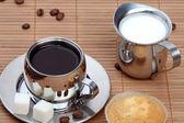 чашка черного кофе с сдобы и молоко — Стоковое фото