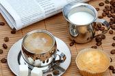 Xícara de café com leite e muffin — Foto Stock