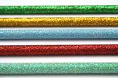 Cinque matite colorate celebrativo con una macro di copertura frizzante — Foto Stock