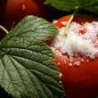 Tomatoes with currant leaves and salt macro — Stock Photo
