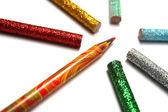 Multi-barevné tužky je obklopeno brilantní tužky — Stock fotografie