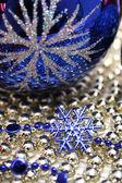 Esfera de vidro comemorativo e floco de neve azul — Foto Stock