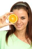 Vacker flicka med skivad apelsin — Stockfoto
