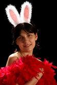 年轻女子与趣味小兔子耳朵和红羽毛 — 图库照片