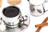 šálek černé kávy s muffin, mlékem a skořicí — Stock fotografie
