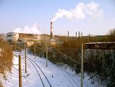 Schiene bett von schnee in der nähe eines hüttenwerks beschichtet — Stockfoto