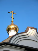 The gilt dome and cross of an orthodox chapel on a decline — Stock Photo
