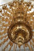 Il lustro dorato all'interno di un tempio ortodosso di tutti 6 sacro — Foto Stock