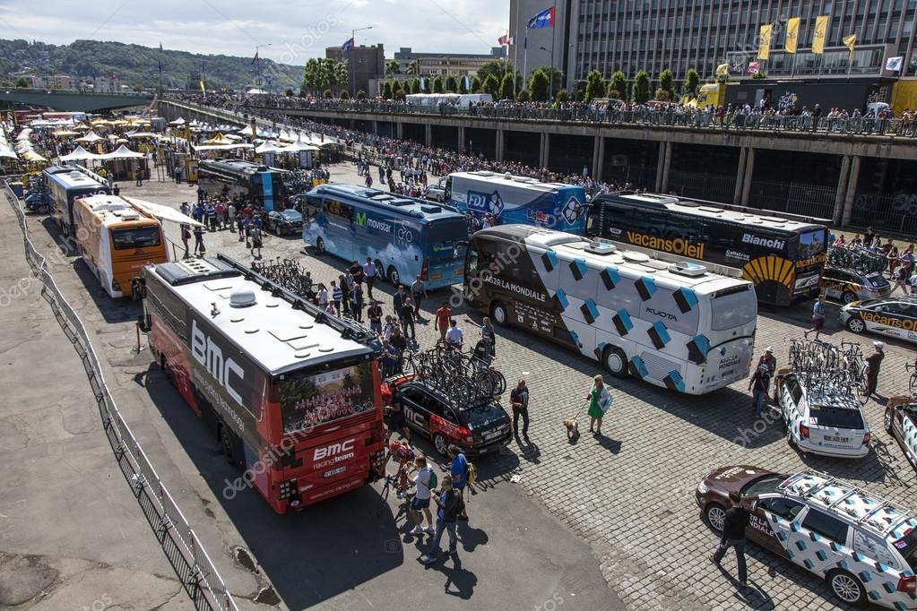 Rouen,France,July 5th, 2012:Upper view of some buses of the cycling teams from Le Tour de France in Rouen just before the start in the 5th stage of the 2012 edition. — Stock Photo #12519804