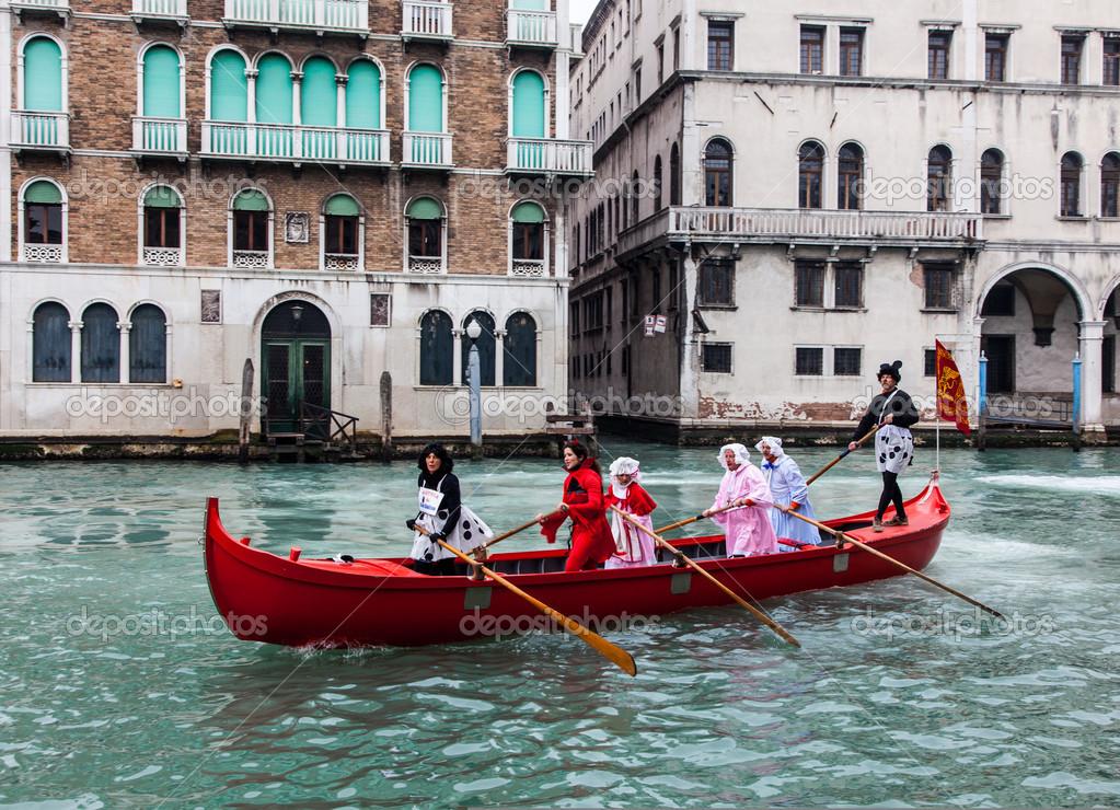 лодки в карнавале