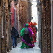 Venetian Costumes Walking on a Narrow Street in Venice — Stock Photo