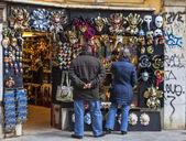 Туристы напротив магазина маски в Венеции — Стоковое фото